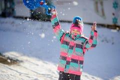 Fille d'un plus jeune âge scolaire sur la promenade dans le jour d'hiver Photographie stock libre de droits