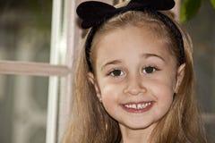 Fille d'une chevelure blonde heureuse Photographie stock libre de droits