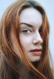 Fille d'une chevelure rouge avec les lèvres juteuses rouges Extérieur, plan rapproché Photos stock