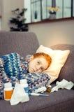 Fille d'une chevelure rouge sombre triste souffrant de la grippe photographie stock