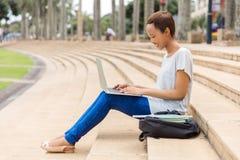 Fille d'université à l'aide de l'ordinateur portatif photo libre de droits