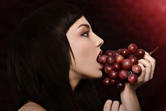 Fille d'Ute avec des raisins rouges Photo stock