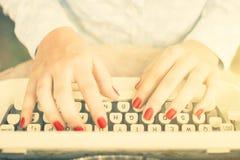 Fille dactylographiant sur une machine à écrire, effet de photo de vintage Photos libres de droits