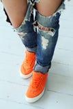 Fille dans des jeans déchirés Photo libre de droits