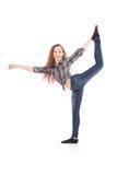 Fille dans des jeans faisant le cascade acrobatique Images libres de droits