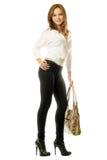 Fille dans des jeans serrés noirs avec un sac à main Images stock