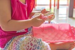 Fille dans des jouets en plastique roses de jeux de rose photographie stock