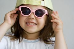 Fille dans des lunettes de soleil Image libre de droits