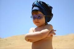 Fille dans des lunettes de soleil bleues Photos libres de droits
