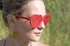 Fille dans des lunettes de soleil rouges Photos libres de droits