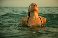 Fille dans des ondes de mer Photo libre de droits