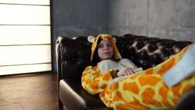 Fille dans des pyjamas lumineux du ` un s d'enfants sous forme de kangourou portrait ?motif d'un ?tudiant présentation de costume banque de vidéos