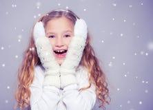 Fille dans des vêtements d'hiver avec le cadeau Fille heureuse Photographie stock libre de droits