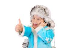 Fille dans des vêtements de l'hiver avec le téléphone. OK de signe Image stock