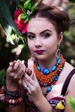 Fille dans des vêtements ethniques dans le jardin tropical avec le serpent Photo libre de droits