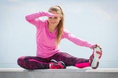 Fille dans des vêtements sportifs s'exerçant et examinant la distance par la mer, mode de vie actif sain Photographie stock