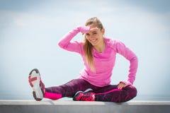 Fille dans des vêtements sportifs s'exerçant et examinant la distance par la mer, concept actif sain de mode de vie Photo libre de droits