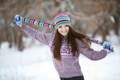 Fille dans l'amusement de forêt d'hiver Photographie stock libre de droits