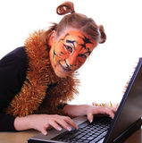 Fille dans l'apparence un tigre avec un cahier. Photo stock