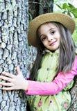 Fille dans l'arbre photos stock