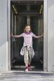 Fille dans l'ascenseur Photographie stock libre de droits