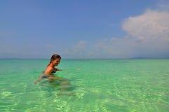 Fille dans l'eau, îles de phi de phi, Thaïlande Image stock