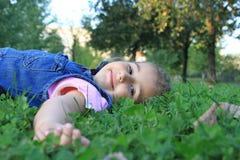 Fille dans l'herbe Photographie stock libre de droits