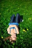 Fille dans l'herbe Images libres de droits