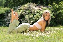 Fille dans l'herbe Photo libre de droits