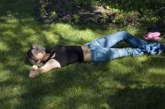 Fille dans l'herbe Photos libres de droits