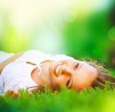 Fille dans l'herbe verte Photo libre de droits