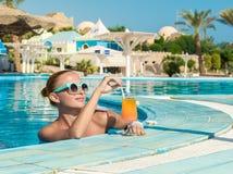 Fille dans la barre de piscine Image libre de droits