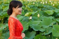 Fille dans la belle robe au lac de lotus Photos stock