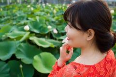 Fille dans la belle robe au lac de lotus Photo libre de droits