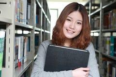 Fille dans la bibliothèque Image libre de droits