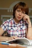 fille dans la bibliothèque Photographie stock libre de droits