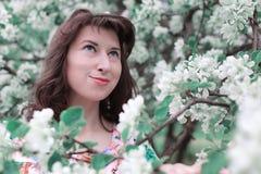 Fille dans la branche de fleur du pommier Photographie stock libre de droits