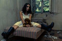 Fille dans la chambre abandonnée Image libre de droits