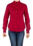 Fille dans la chemise et des jeans rouges Photographie stock libre de droits