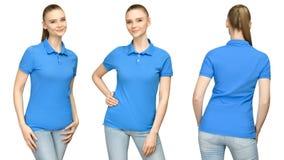Fille dans la conception bleue vide de maquette de polo pour la copie et la jeune femme de calibre de concept dans la vue arrière photo stock