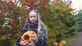 Fille dans la danse de plaid avec le potiron de Jack, enfant heureux jouant chez Halloween, joie banque de vidéos