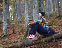 Fille dans la forêt Photographie stock