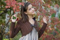 Fille dans la forêt d'automne photographie stock