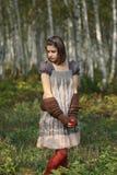 Fille dans la forêt d'automne photographie stock libre de droits