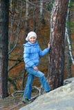 Fille dans la forêt d'automne Photo stock