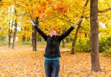 Fille dans la forêt d'automne Image libre de droits