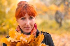 Fille dans la forêt d'automne Images libres de droits