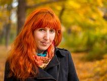 Fille dans la forêt d'automne Image stock