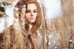 Fille dans la forêt d'hiver de neige images stock
