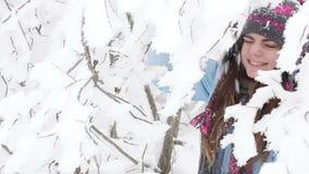 Fille dans la forêt neigeuse clips vidéos